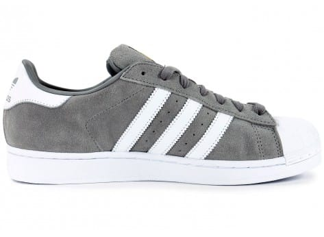 Chaussures adidas Superstar Suede grise vue dessous