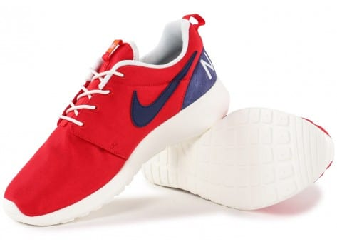 Chaussures Nike Roshe One Retro rouge vue dessous