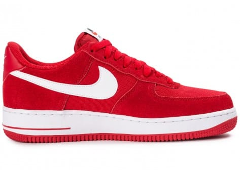 Chaussures Nike Air Force 1 Suede rouge vue dessous
