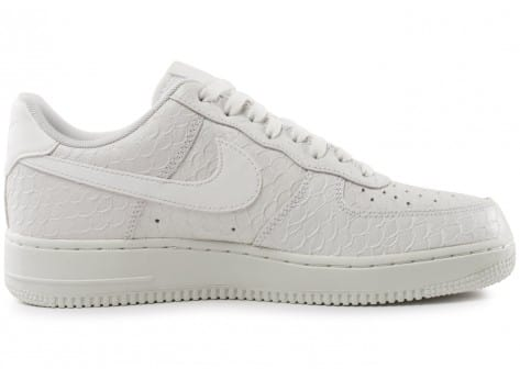 Chaussures Nike Air Force 1 07 LV8 Snake blanche vue dessous