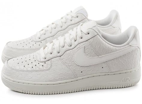 Chaussures Nike Air Force 1 07 LV8 Snake blanche vue extérieure