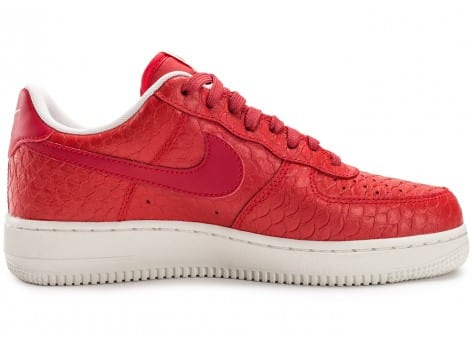 Chaussures Nike Air Force 1 07 LV8 Snake rouge vue dessous